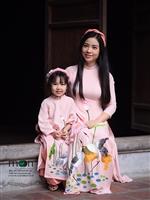 Mẹ và con gái mặc áo dài đôi, sự thân thiết gắn bó thật ngọt ngào