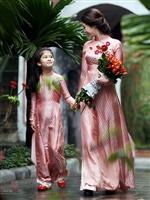 Khám phá nét duyên của phụ nữ Việt Nam với áo dài truyền thống xưa cùng Moon Xinh