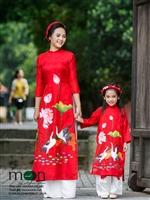 Hai mẹ con diện áo dài đôi xinh yêu với bộ sưu tập mới nhất của Moon Xinh