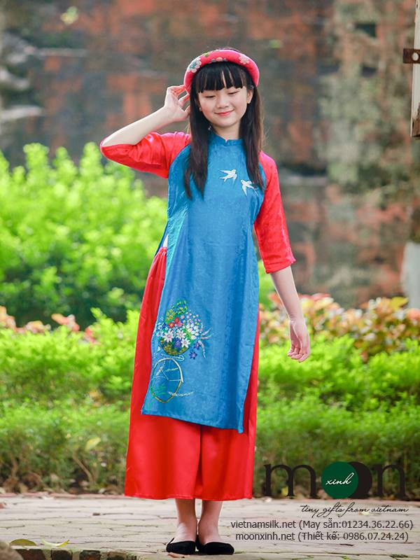 Áo dài cho bé gái vẽ họa tiết chim én và hoa
